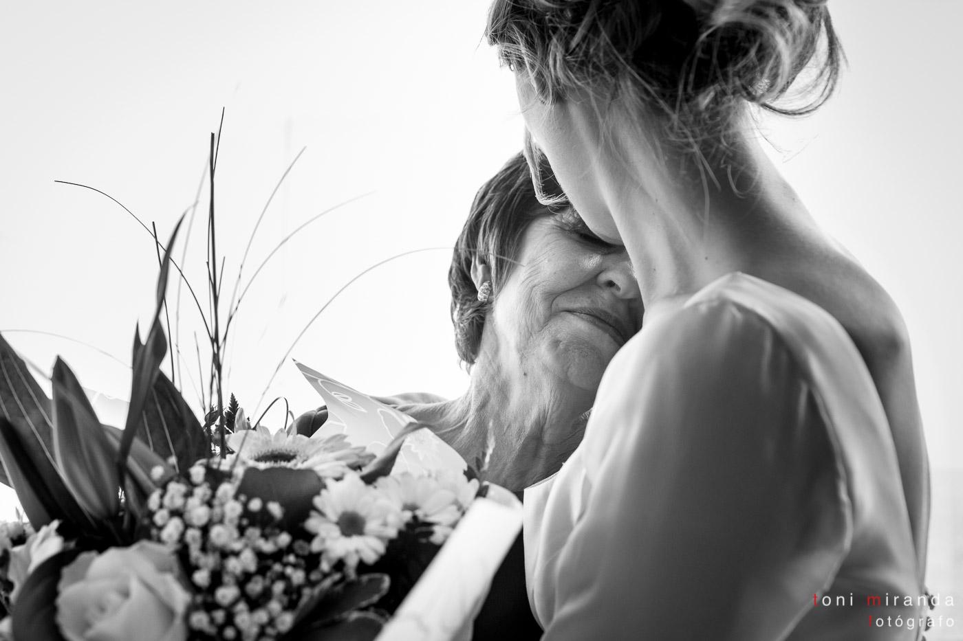 Novia regalando ramo de flores a su madre en banquete boda hotel Solymar de Calpe