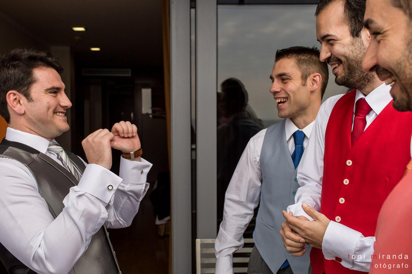 Novio acompañado de sus amigos momentos antes de su boda en hotel Solymar de Calpe.