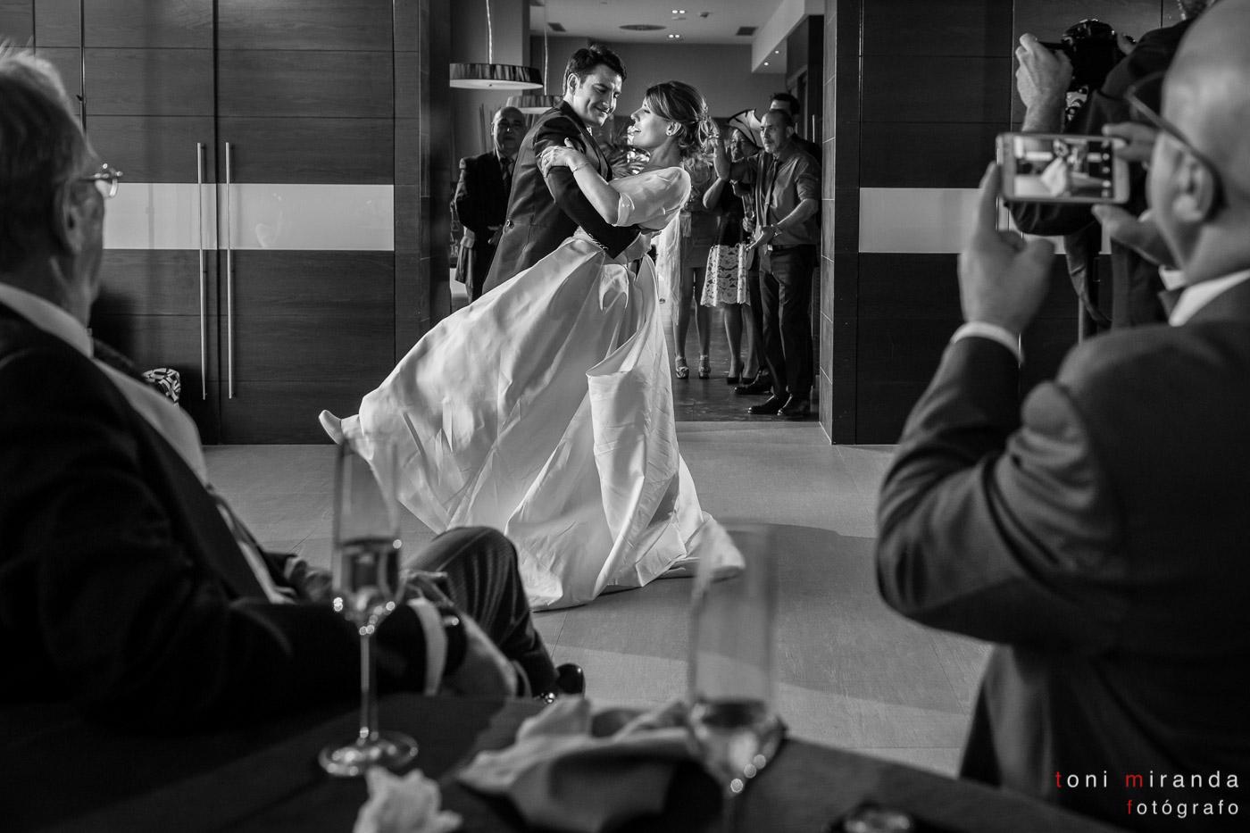 Recién casados en baile nupcial en banquete celebrado en Hotel Solymar de Calpe, Alicante