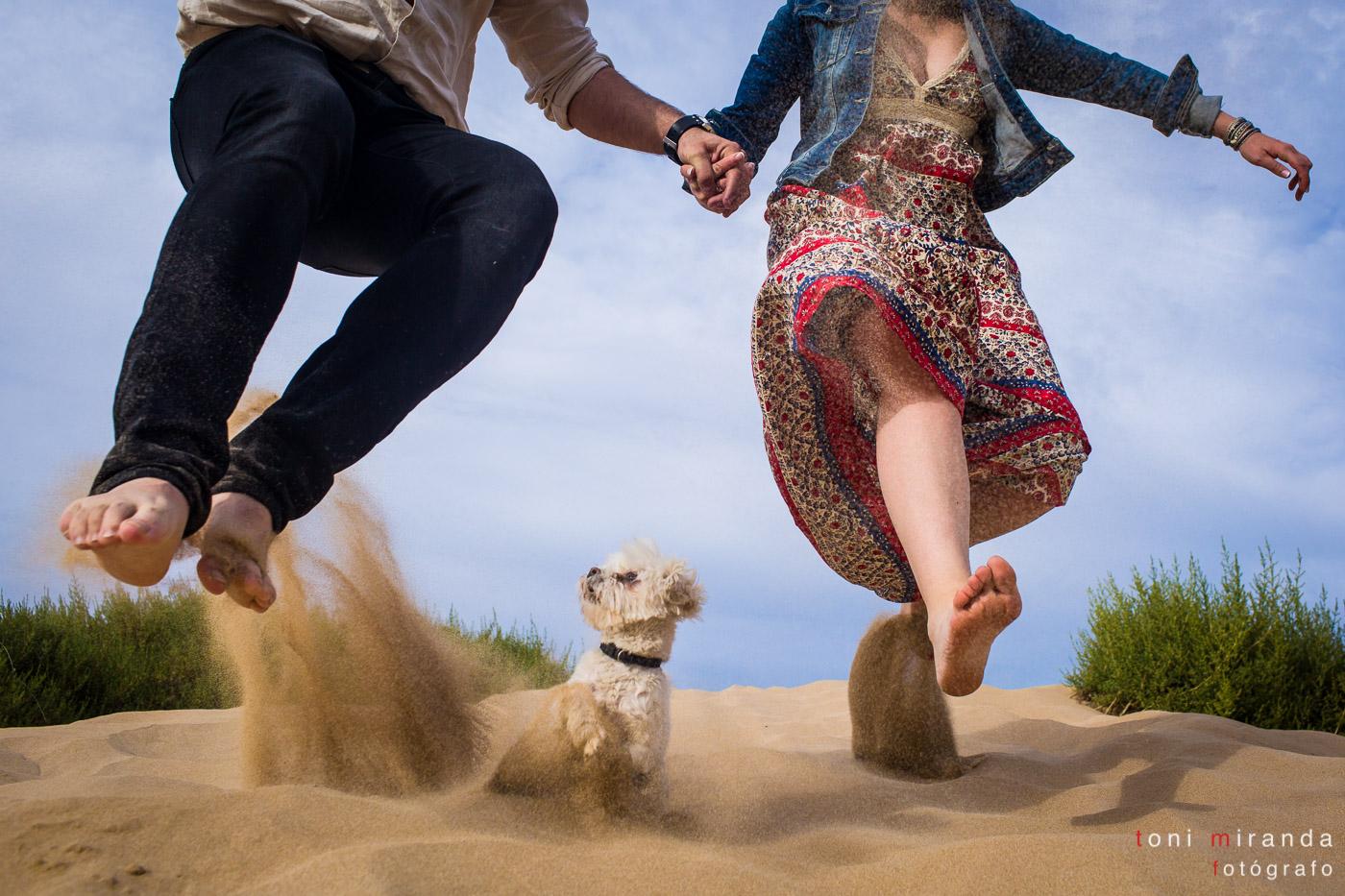 preboda con novios saltando en la playa